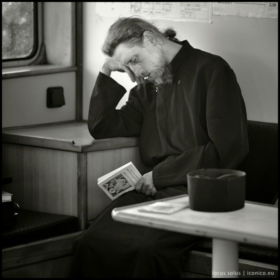 Sul battello un monaco si addormenta stremato dopo la preghiera davanti a una icona