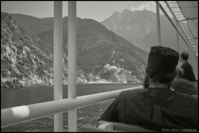 In arrivo al monastero di Dionisyou, alle sue spalle si erge il monte Athos